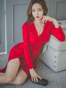 毛毯上的鲜艳红裙美模红唇美艳妩媚动人