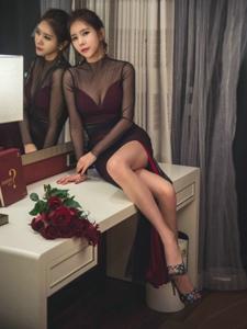 梳妝臺前的拿玫瑰花高挑美模黑紗透視高叉裙迷人