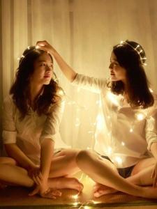 夜晚灯光下的美好姐妹相互陪伴