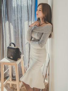 靠墙沉思美模裸肩裙外搭毛呢大衣显女神范