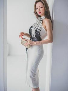 靠墙模特露肩长裙飘飘欲仙美丽的锁骨若隐若现