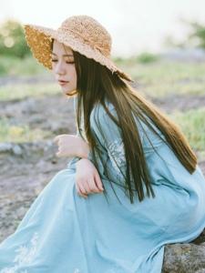 荒野外的氣質草帽美女淡雅憐人