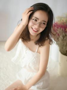 日系眼镜美少女舒适养眼写真