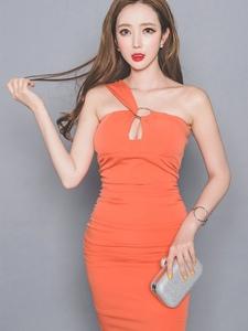 橘色斜肩裹身裙美模小露香肩别样风情