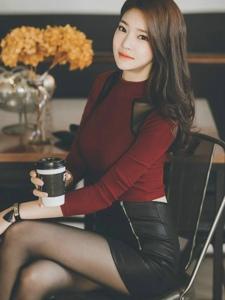 咖啡馆里的黑亮光滑的拉链皮裙美模显曼妙曲线