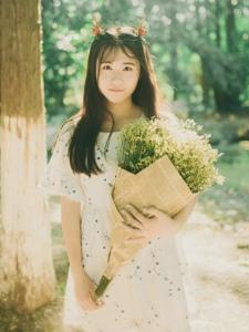 森林内的小鹿姑娘甜美花束诱人写真