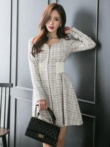 格子裙模特朴素干净苗条的身材室内摆拍