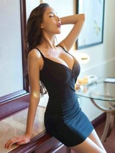 丰满诱人模特吊带裙胸前隐约现傲人美胸勾人魂魄