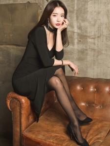 纤细身材黑丝少妇修身长裙诱人写真