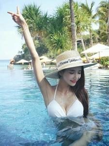 泳池里的草帽美模性感比基尼装如出水芙蓉
