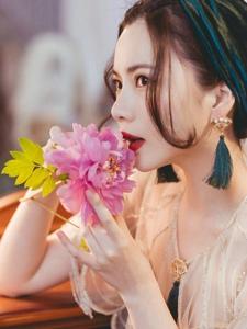 梳妝臺前的花美模紅唇鮮艷欲滴肌膚能掐出水來