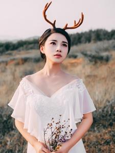 荒野中的麋鹿美女白裙红唇娇艳写真