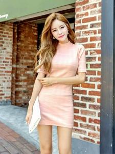 甜美粉嫩裙模特灿烂如阳光的笑容街拍写真