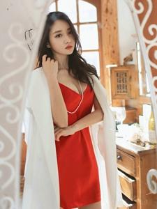 镜子前的红艳睡裙美模披着外套霸气外露
