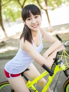 夏日单车少女秀诱人曲线