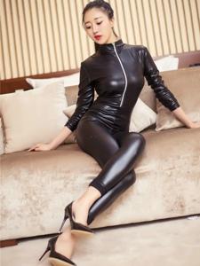 火辣美女连体皮裤紧身长腿勾勒完美身材