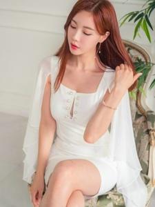 披肩纽扣裙模特端坐在椅子上安静迷人