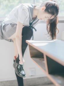 清纯学生妹学生装迷你短裙过膝袜诱惑写真