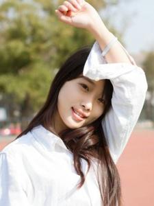 清纯长发美女秋天户外阳光写真感受大自然的活力