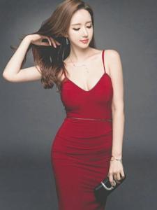 撩发美模吊带红裙勾画出风姿与身材的弧线美
