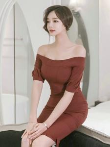 坐在床上的知性美模裸肩包臀裙风韵犹存