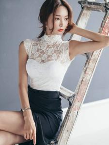 坐在阶梯上的忧郁模特蕾丝高叉裙细长美腿勾魂
