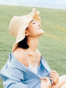 空闊草地上的襯衫美女清新怡人