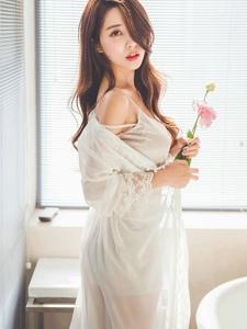 浴室里的睡裙露肩美模坐在窗台内心不安