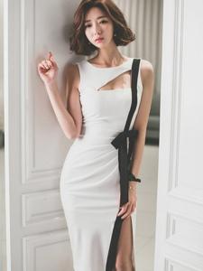 地板卷发模特高叉裙紧靠房门优雅知性