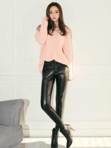 韓系高挑美女緊身黑皮褲長腿誘惑寫真
