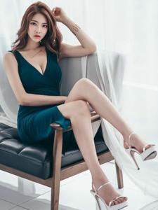 坐在沙发上的露乳美模高抬腿撩人心扉