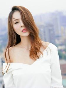 天台上寂寞美女肩带滑落露出白皙肌肤深情遥望远方