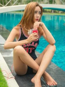 泳池边坐着的篮球连体泳装美女喝饮料听音乐