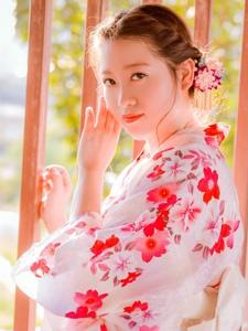 鲜艳和服美女阳光下温柔又美丽