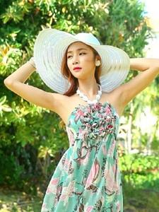 戶外陽光下遮陽帽模特抹胸長裙清涼寫真