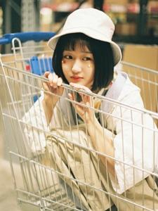 超市内的可爱少女清纯玲珑可人