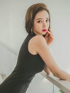 走廊上的黑紗裙美模前凸后翹胸前春光無限