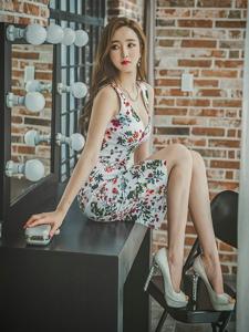 梳妆台前东张西望的碎花裙美模脚踩凳子霸气