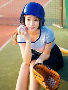 体育场上的棒球少女头盔光线唯美写真