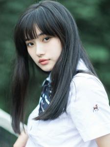 嫩白肌肤白衬衣迷你短裙刘海美女写真