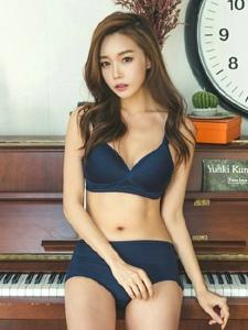 坐在钢琴上的内衣美模咬手翘臀美胸迷人