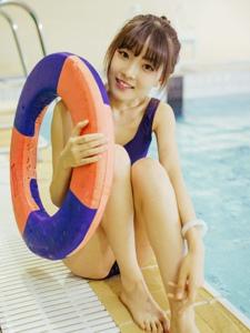泳池內的泳裝少女清純可愛美腿寫真