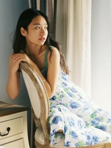 清爽连衣裙高颜值美女悠闲下午时光