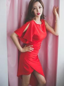 鲜艳红裙美模靠墙红唇如花瓣娇嫩欲滴