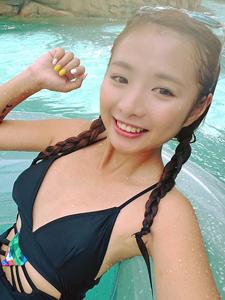 香港歌手谭淇淇时尚夏日比基尼日常
