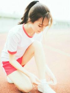 跑道上的活动马尾女孩清爽写真
