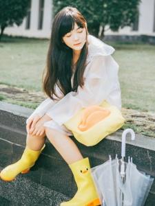 雨天內的可愛小黃鴨少女純真憐愛