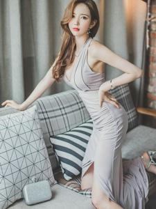 淡雅連衣裙美模跪在沙發上手插腰氣勢霸氣