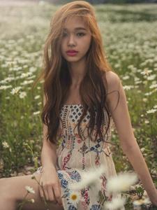 荒野草原上的空灵模特抹胸连衣裙唯美写真