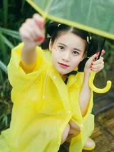 雨天街頭山上的黃色雨衣萌妹子嘟嘴賣萌